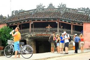 touristes vélo pont japonais Hoi An